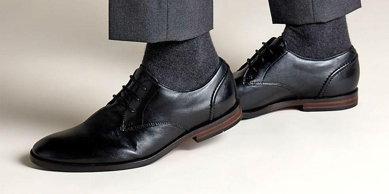 Чифт мъжки кожени обувки Кларкс / Clarks Glide Lace - черни обути на мъжки крака със сив панталон и чорапи