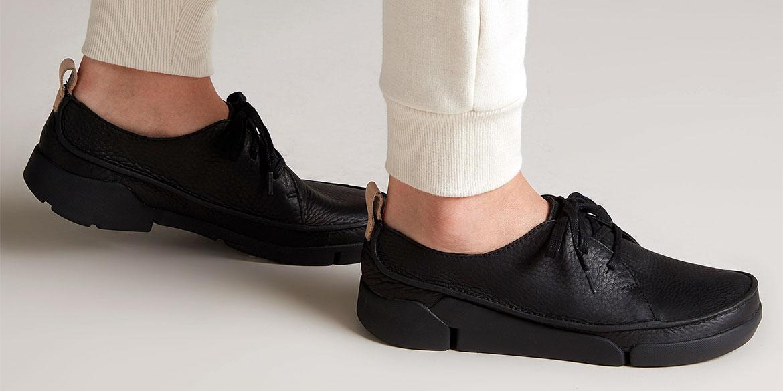 Чифт дамски черни кожени обувки Кларкс / Clarks Tri Clara обути на мъжки крака с бели панталони