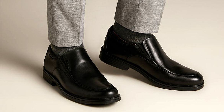 Мъжки черни кожени обувки Кларкс / Clarks Un Aldric Walk обути със сив панталон