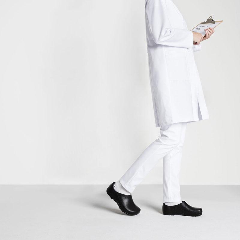 чифт черно работно затворено сабо Биркенщок / Birkenstock Profi-Birki обути на лекар с бяла престилка
