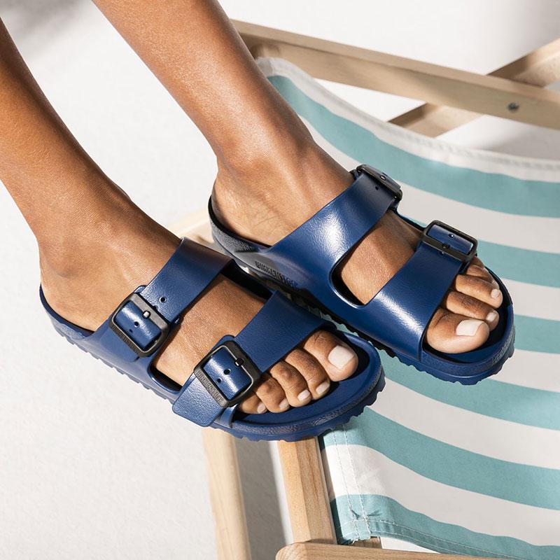Чифт тъмно сини дамски чехли Биркенщок / BIRKENSTOCK Arizona EVA, обути на дамски крака