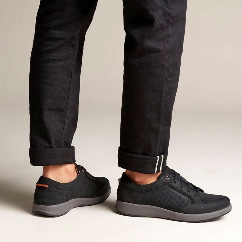 чифт мъжки ежедневни обувки Кларкс / Un Trail Form обути на мъжки крака с черен панталон