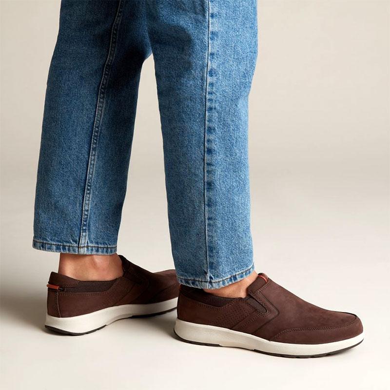 чифт мъжки мокасини от набук Кларкс / Un Trail Step обути на мъжки крака с дънки
