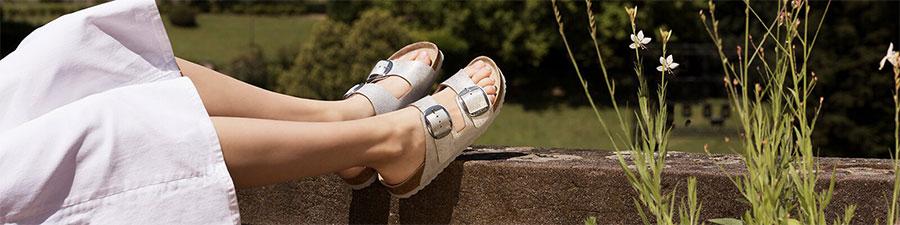 женски крака в пролетен ден със сандали Birkenstock