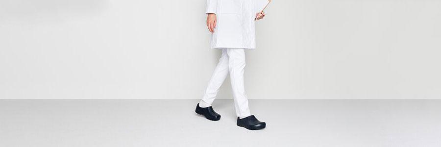 професионални черни обувки BIRKENSTOCK обути на медик с бяла униформа