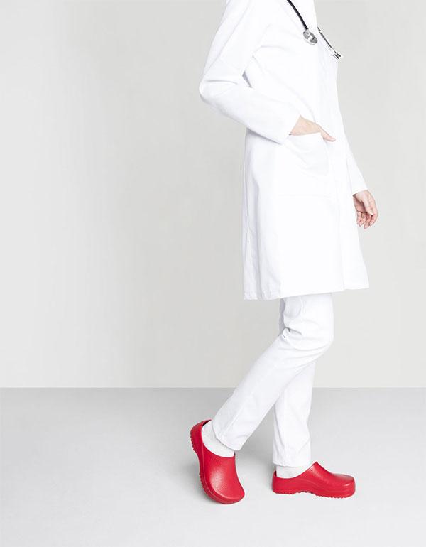 чифт работно затворено сабо Биркенщок / Birkenstock Super-Birki червено обути на лекар с бяла престилка