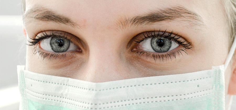 докторски очи зад бяла маска