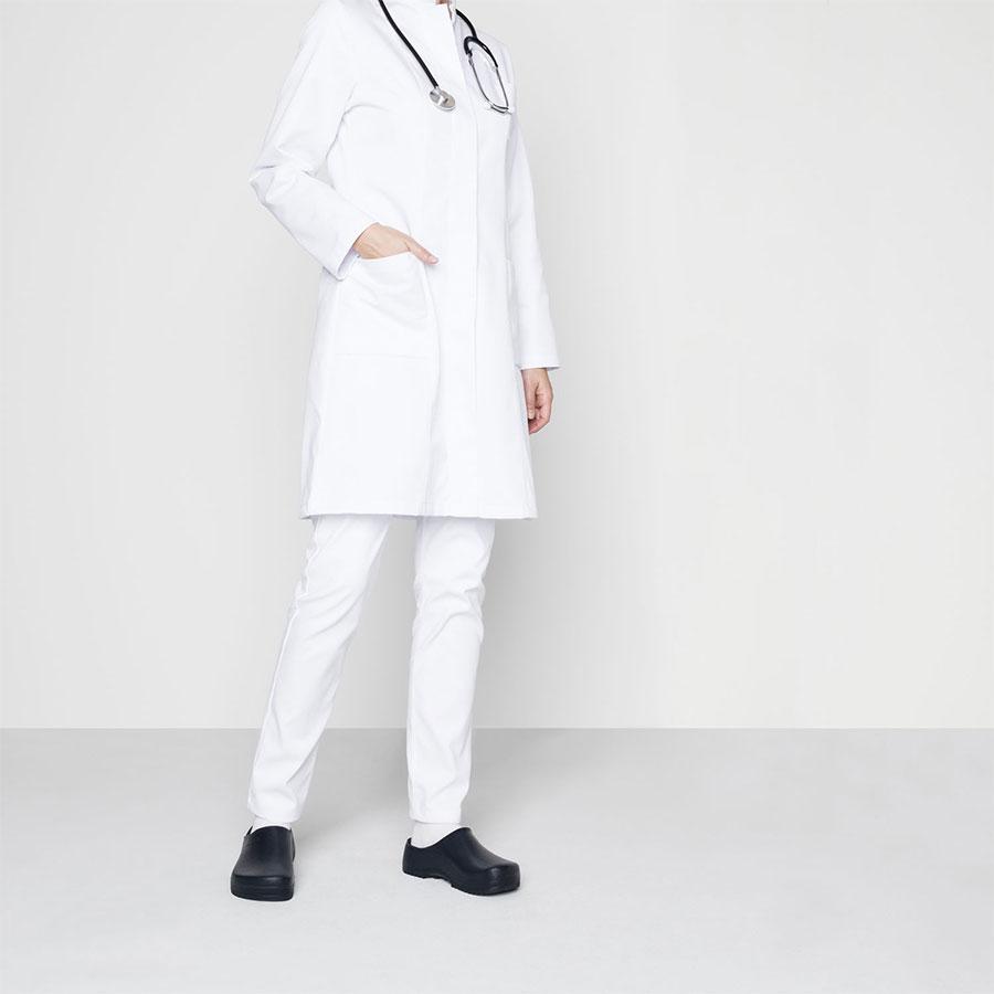 Чифт синьо медицинско затворено сабо Биркенщок Super-Birki обути с бяла лекарска престилка