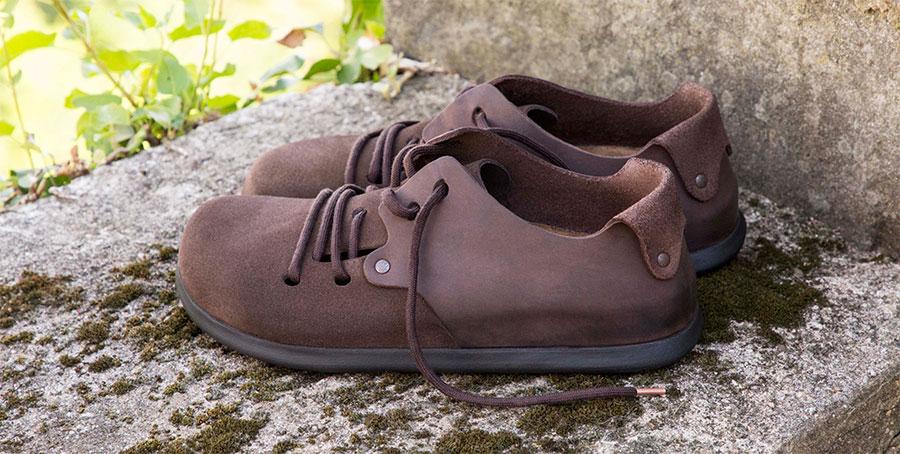 кафяви мъжки обувки BIRKENSTOCK върху каменна ограда