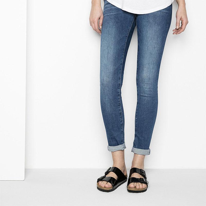 Чифт дамски чехли Биркенщок Arizona BF в комбинация с дънки и бяла блуза