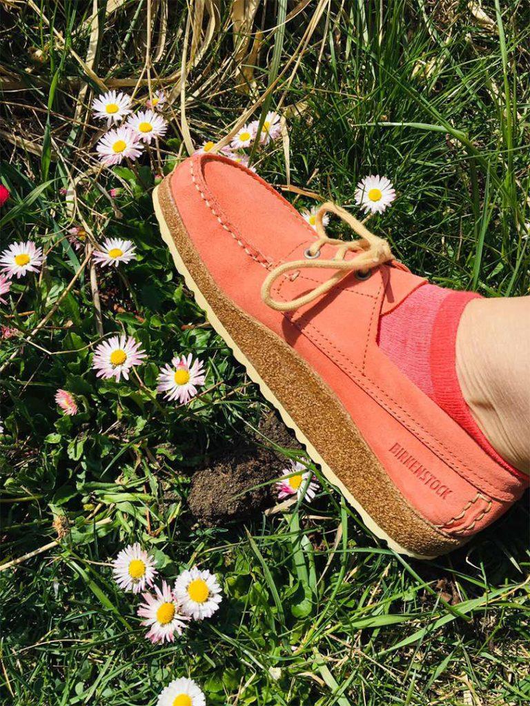 розови обувки BirkenStock сред трева и горски цветя
