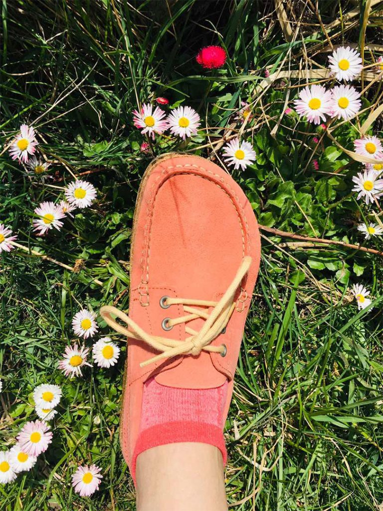 розови обувки BirkenStock на фон от трева и цветя