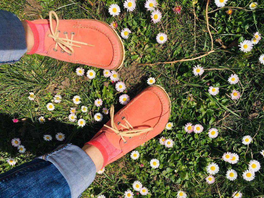 розови обувки BirkenStock и поляна с маргаритки