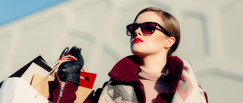 елегантна жена с очила и пазарски торби