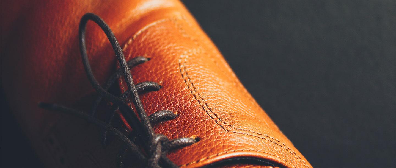 детайл на мъжки кожени обувки