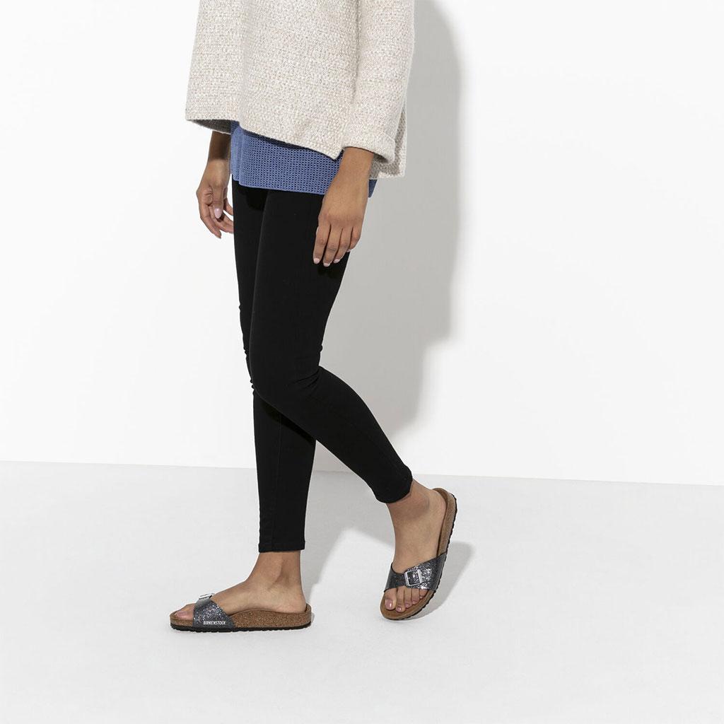 дамски крака с черен панталон обути с чифт дамски чехли Биркенщок / BIRKENSTOCK Madrid BF Cosmic Sparkle Anthracite - блестящо сиво