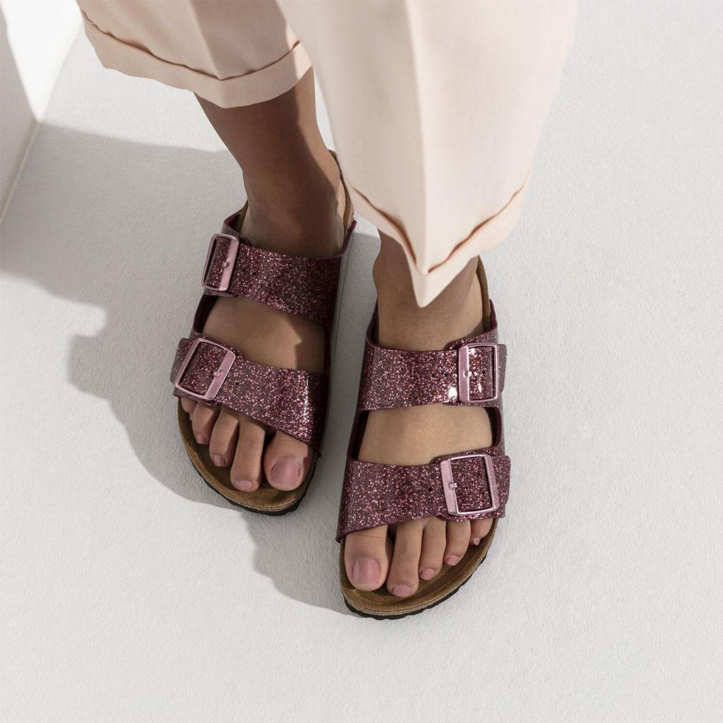 дамски крака с чифт дамски чехли Биркенщок / BIRKENSTOCK Arizona BF блестящо червени поглед отгоре