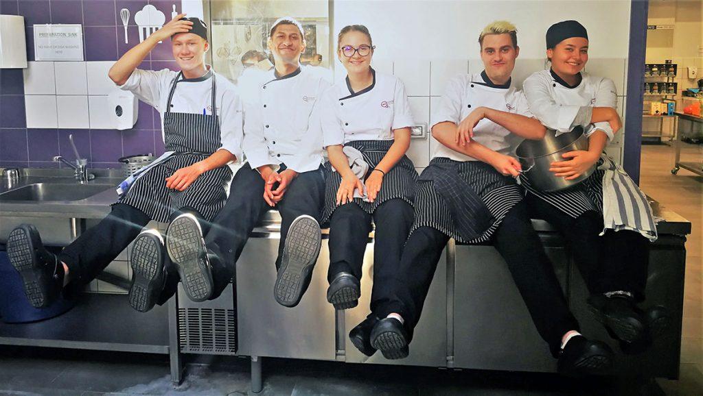 ученици от Кулинарна академия HRC с професионални обувки от магазин КЛОГ