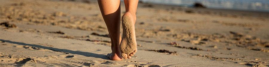 стелки Birkenstock - снимка за корица с бос крак на морския бряг